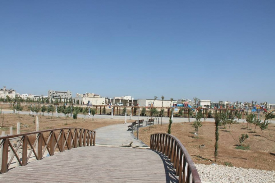 تعاطي مخدرات وكحول بالقرب من حدائق الملك عبدالله في اربد سواليف